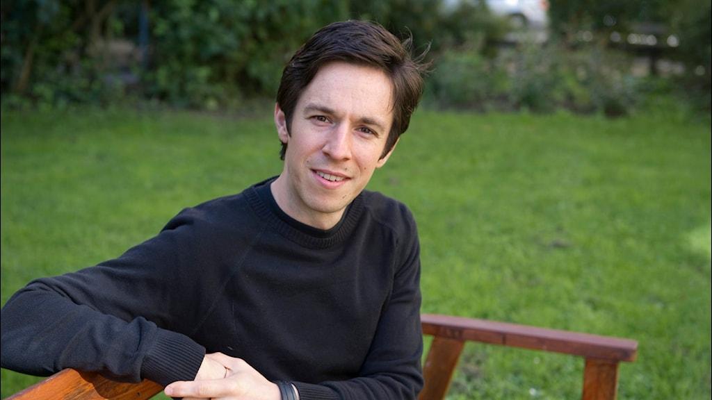 Roland Paulsen på en parkbänk