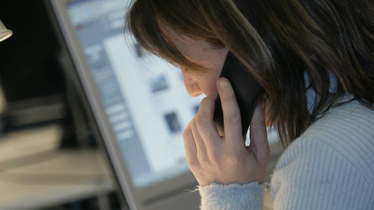 tjej som säljer i telefon