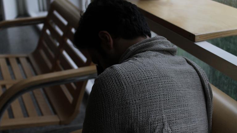 Deprimerad kille på bänk.