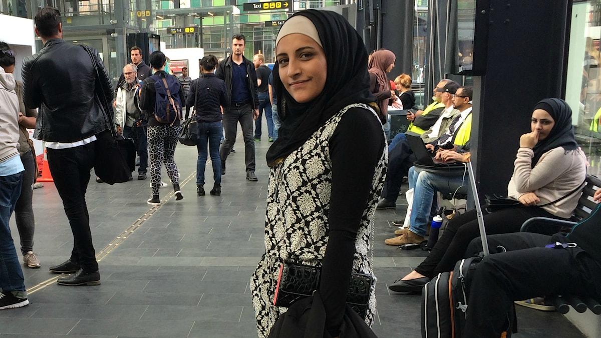 20-åriga Asma Sabbagh är på Malmö central och hjälper andra som okcså flytt. Foto: Martina Pierrou