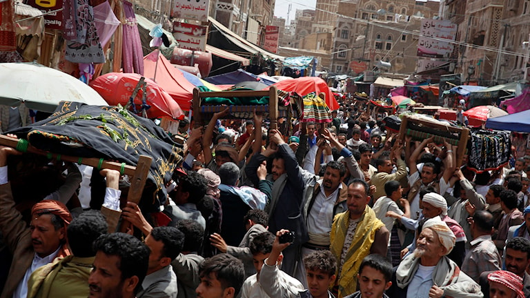 På väg till begravning i Sanaa, Jemen. Folk bär människor som fallit offer för de Saudiledda luftanfallen. Foto: Hani Mohammed/TT