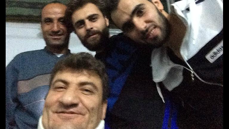 Raed Fares längst ner i bild efter att han i flera timmar letat efter Hadi, Hamoud och Khaled som tidigare på dagen försvann efter en attack.