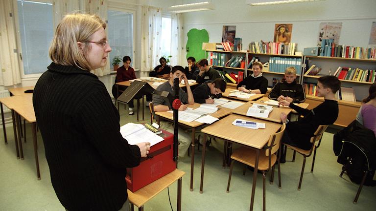 Nu ska människor som söker asyl i Sverige kunna börja jobba i skolan samtidigt som de lär sig svenska. Foto: Erik G Svensson/TT