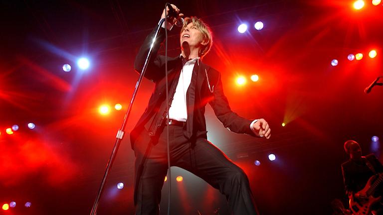 Legenden David Bowie har avlidit. Foto: Heiko Junge/TT Bilden föreställer David Bowie på scen.