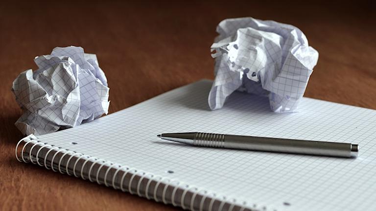 Bild på papper, penna och ihopskrynklade papper. Foto: Pixabay