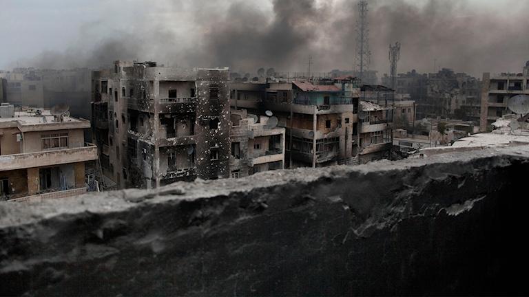 BIld på sönderbombade hus och rök i Aleppo, Syrien. Foto: TT/AP/File Manu Brabo