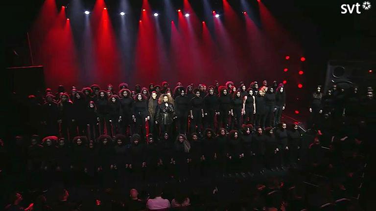 Bild på Seinabo Seys tillsammans med 100 svarta kvinnor på Grammisgalan. Foto: SVT