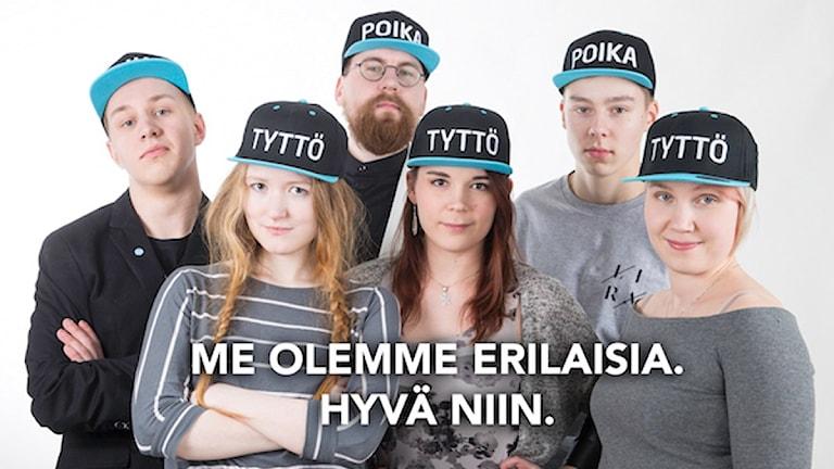 """En bild från Sannfinländarnas ungdomsförbunds kampanj som visar personer med kepsar där det står """"flicka"""" eller """"pojke"""""""