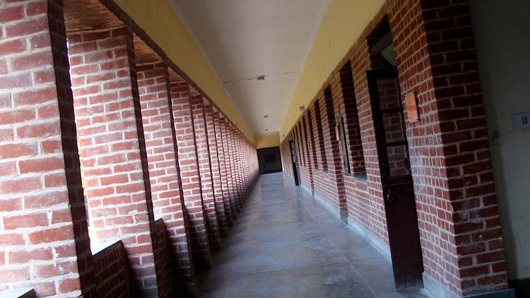En tom korridor i ett av husen som hör till University of Delhi