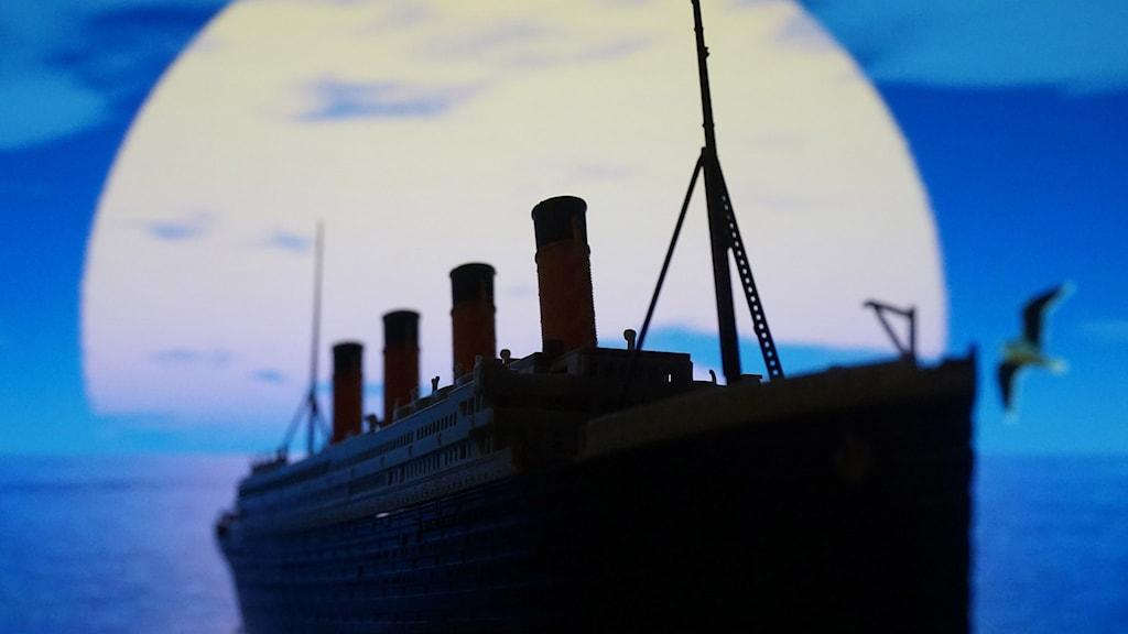 Tecknad bild av Titanic.