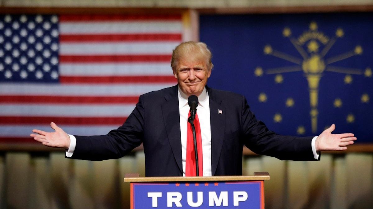 Bild på Donald Trump vid ett podium efter valet i Indiana.