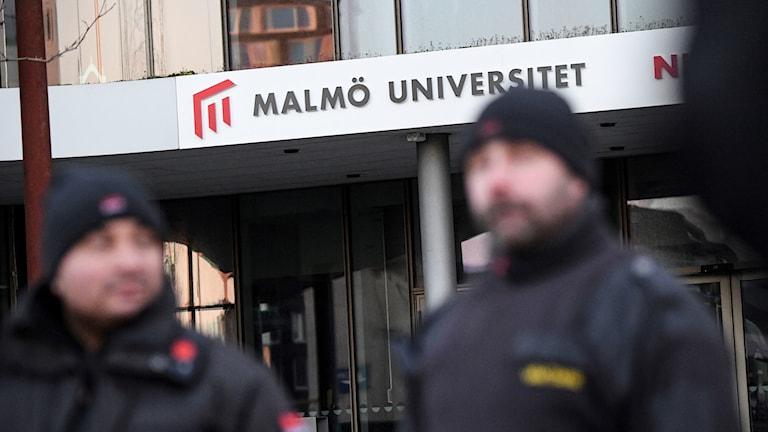 Bild på två väktare utanför Malmö universitet
