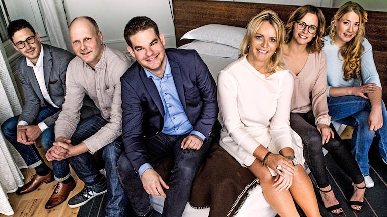 """Bild på deltagarna i andra säsongen av """"Gift vid första ögonkastet"""". De sitter på en säng."""