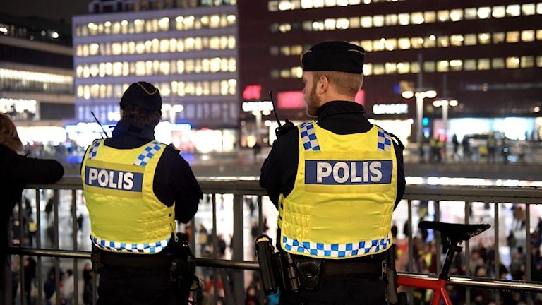 Poliser på Sergels torg i Stockholm.