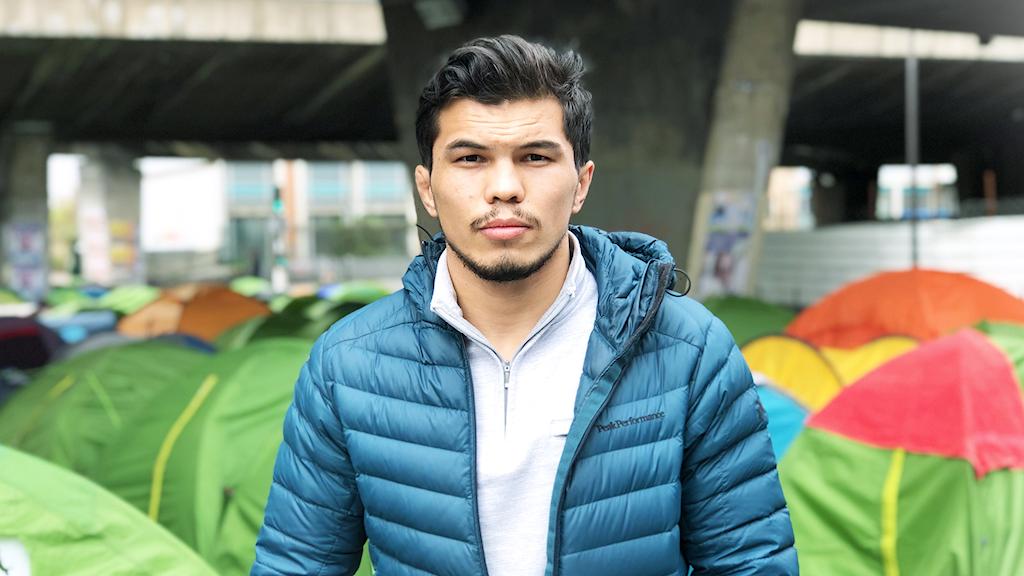 Najaf Ahmadi bodde i ett tältläger under en bro i norra Paris den första tiden efter att han lämnat Sverige