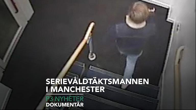 En man som går ned för en trapp i en port filmad bakifrån, från en övervakningskamera.
