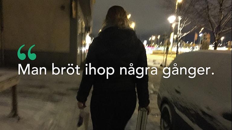 Bild på tjej som går på trottoar under vinter.