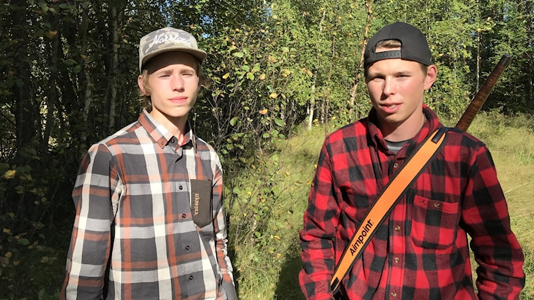 Bröderna Hampus och Joacim Johansson kommer från Sjulsmark men jagar älg i Lillträsk utanför Älvsbyn. Foto: Konrad Olsson