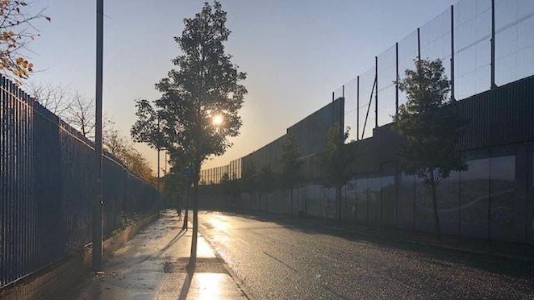Mur i Belfast längs en väg