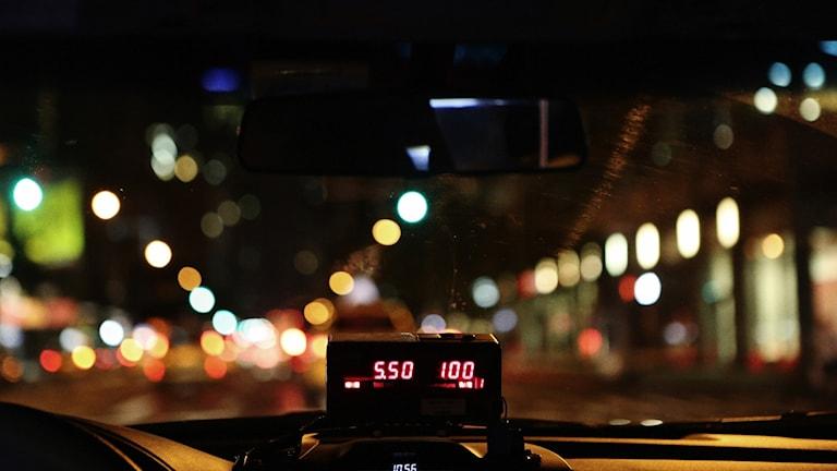 En bild inifrån en taxi på kvällen