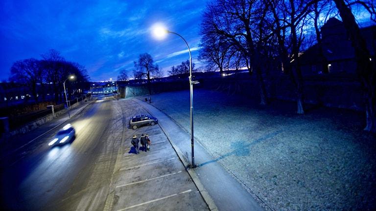 Bild på en gata på natten.