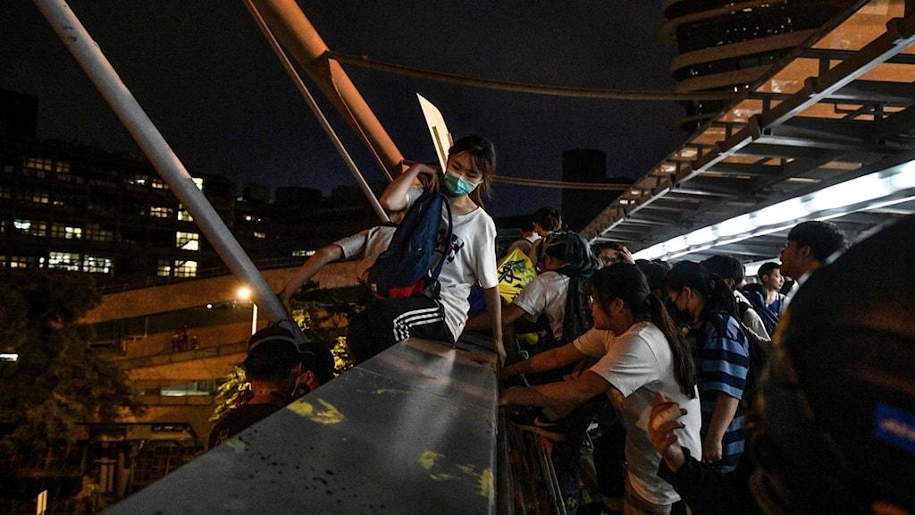 Studenter försöker fly från universitetet.
