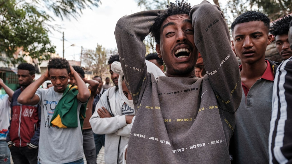 Personer reagerar stark efter en dödskjutning i Tigray i februari.
