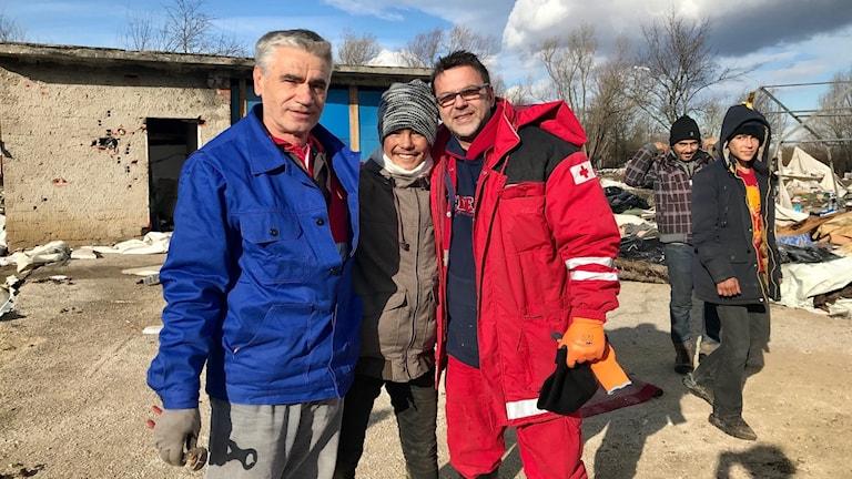 Raz Mohammed tillsammans med två hjälparbetare i det numera nedlagda lägret Vucjak.