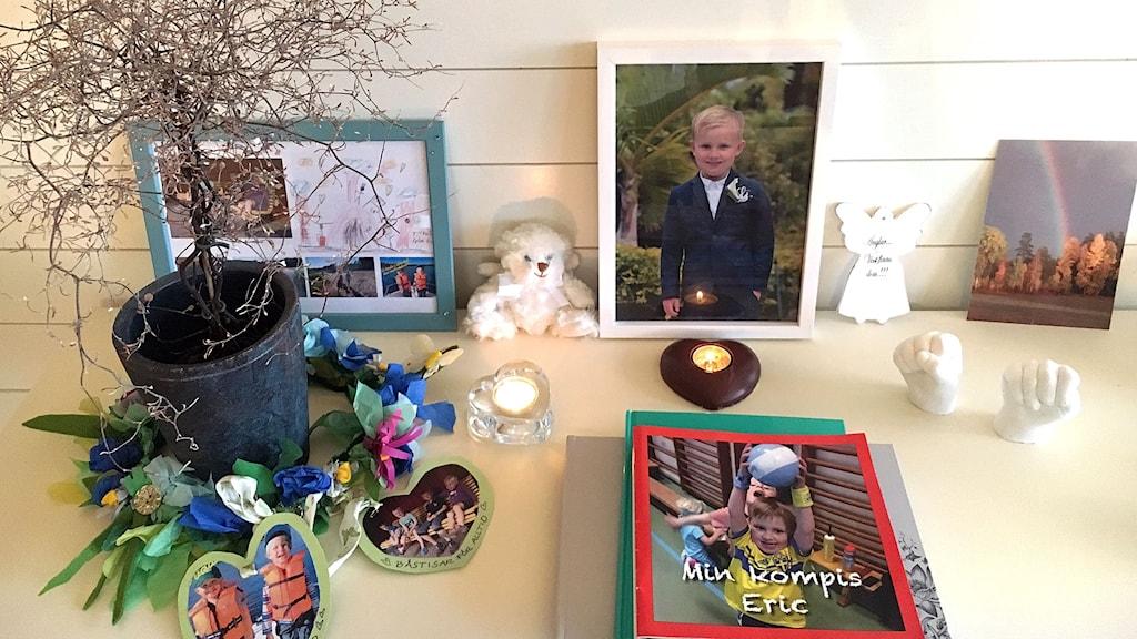 ett minnesbord med bilden av Eric som gick bort i sviterna av en hjärntumör