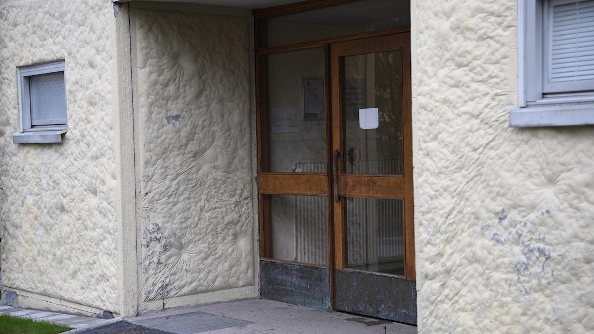 Bild på en port in till ett flerfamiljshus.
