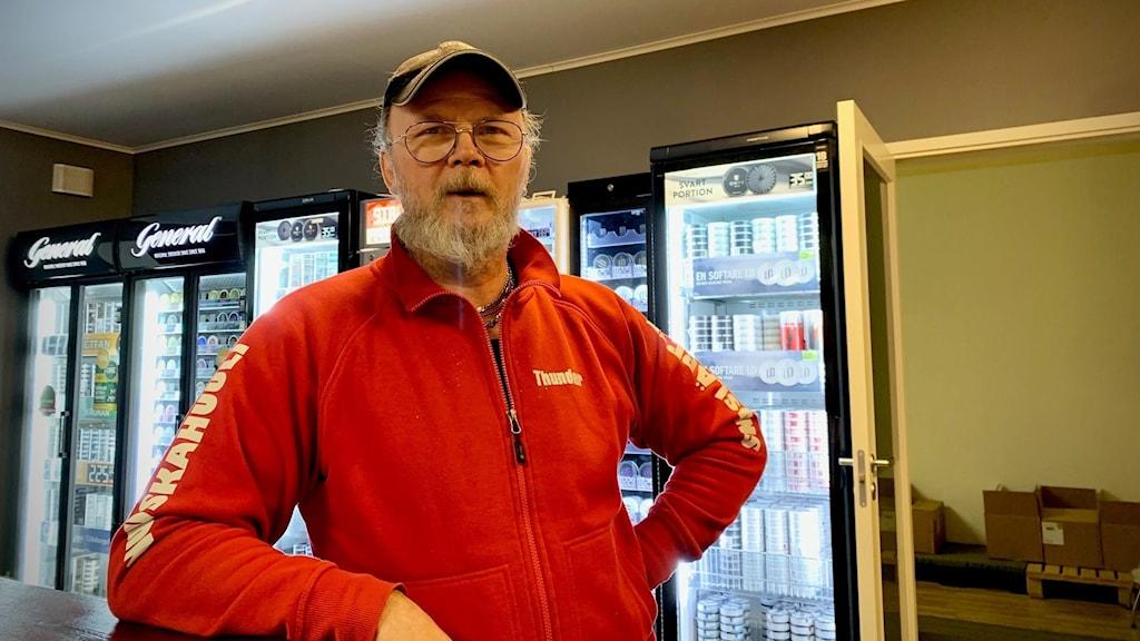 Kari Mehtälä driver snusbutiken Snusläppen på i Haparanda, nära den finländska gränsen.