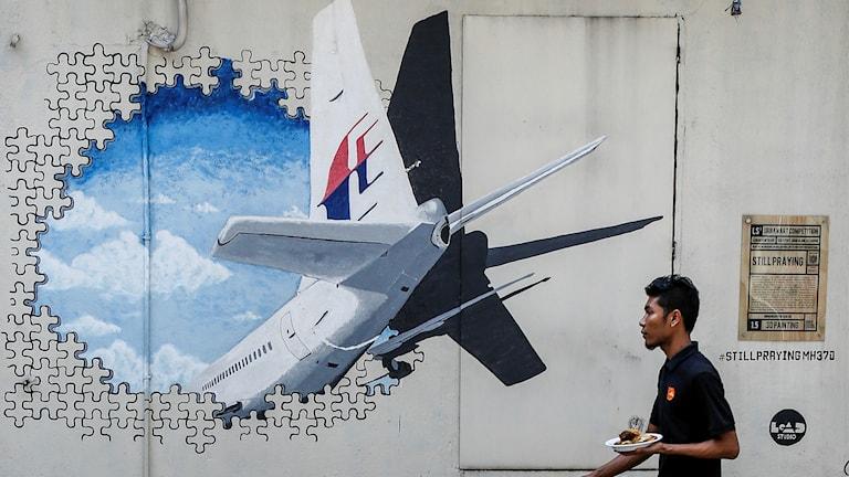 Väggmålning i Kuala Lampur av det spårlöst försvunna planet MH370. Ny utredning som presenteras idag ska förhoppningsvis ge svar på vad som hände.