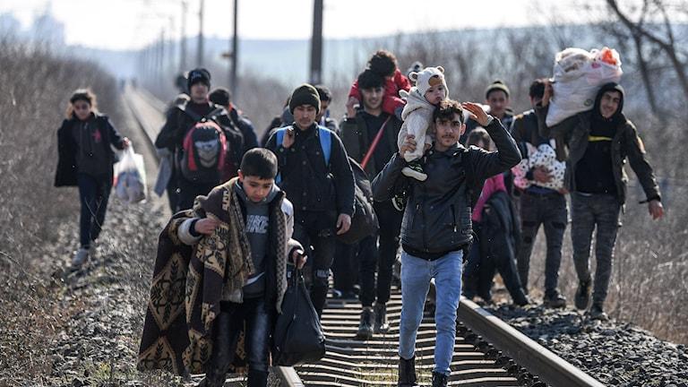 Tusentals flyktingar samlas vid gränsen mellan Turkiet och Grekland.