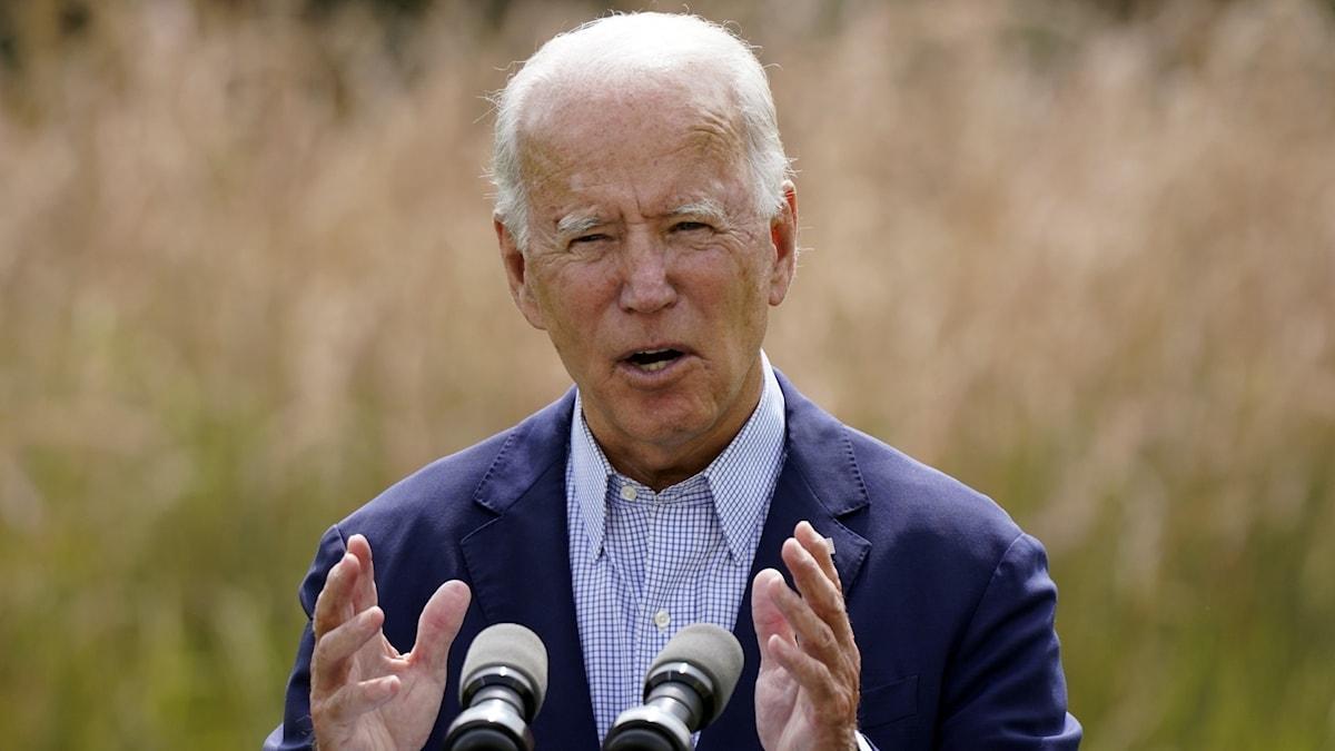 Bild Joe Biden som står framför en mikrofon
