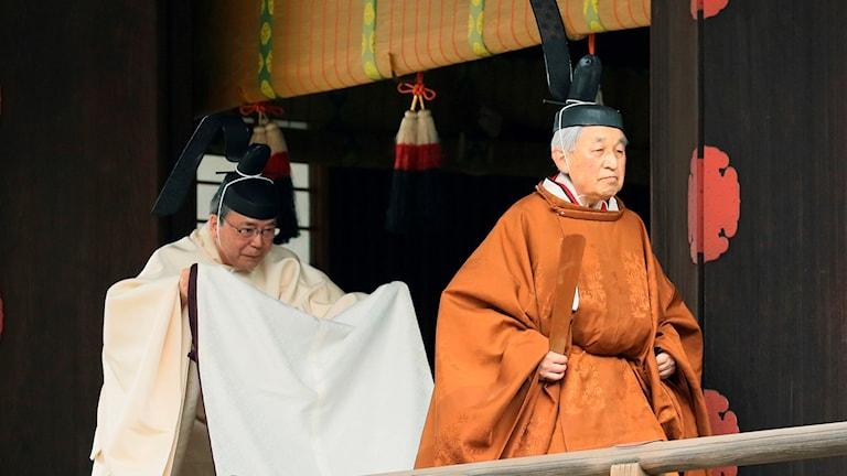 Japans kejsare Akihito (hö) abdikerar idag efter tre decennier på tronen.