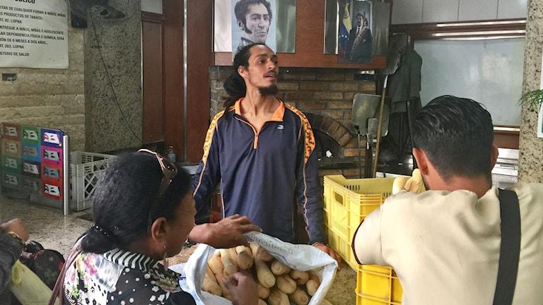 José Solórzano har tillsammans med andra medlemmar i socialistpartiet tagit över ett bageri i centrala Caracas, efter att det exproprierades av regeringen.