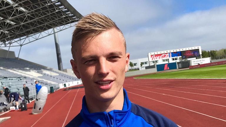 Albert Guðmundsson är fjärde generationens landslagsspelare i isländsk  fotboll. Men till skillnad från pappa 9e2689a3389ad