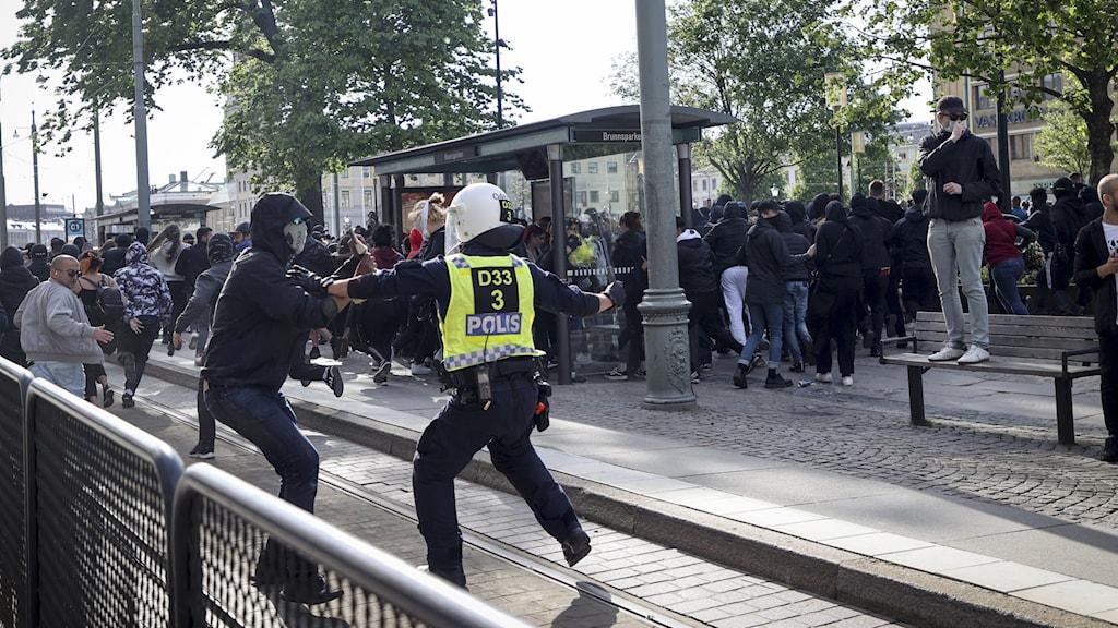 Kravallpolis och demonstranter i centrala Göteborg i samband med Black lives matter-demonstrationen i Göteborg.