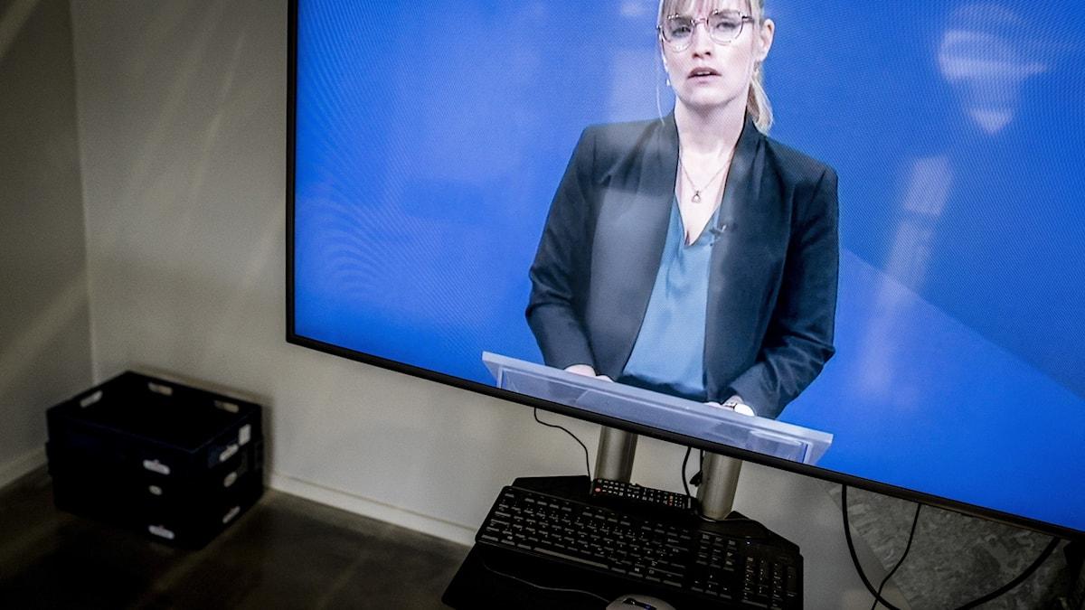 Det danska borgerliga partiet Venstres Stephanie Lose talar och fotograferas genom en TV-skärm under ett extra nationellt möte i Roskilde, söndagen den 24 januari 2021. På dagordningen står valet av en ny vice ordförande för Venstre.