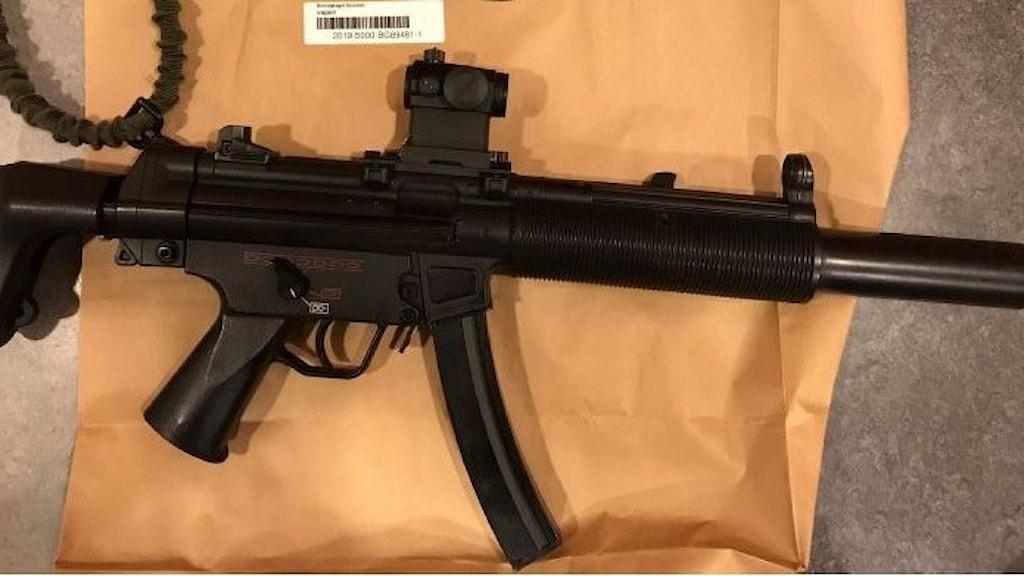 Enligt förundersökningsprotokollet ska vapnet som beslagtogs hemma hos den misstänkte, vara en soft airgun.