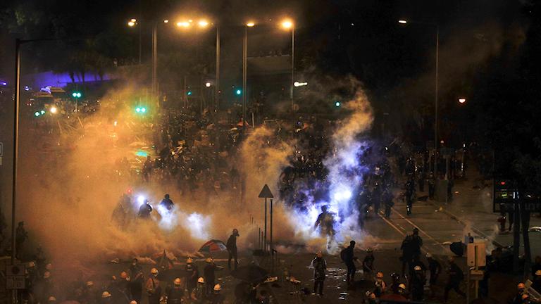 Igår bröt nya protester ut i samband med årsdagen för överlämnandet från Stobritannien till Kina 1997.