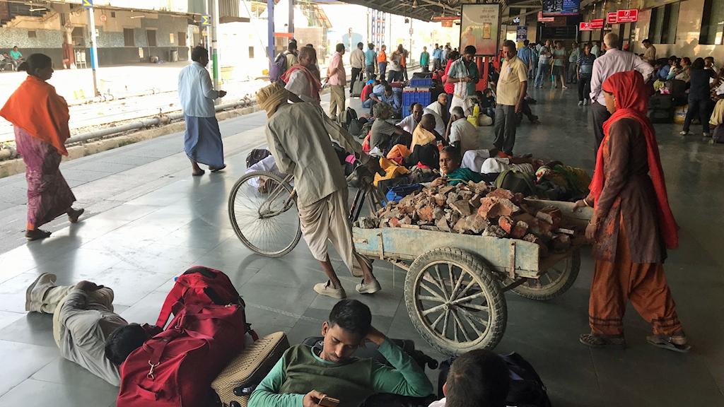 Ett myller på Delhis jänrvägsstation