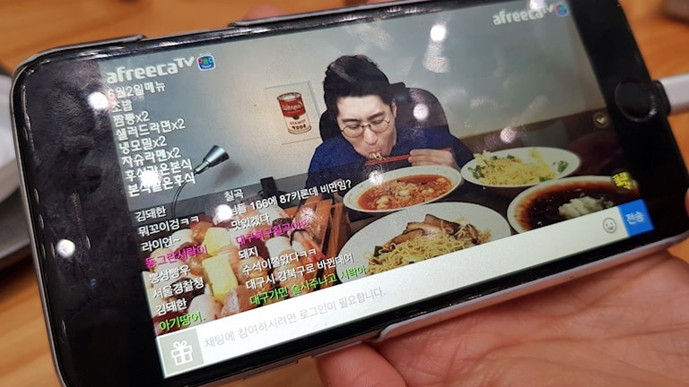 Mukbang, direktsänd måltid i mobilen.