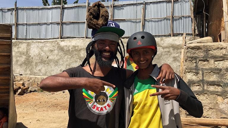 1)Israel Dejene, grundare av Megabi Skate, tillsammans med Eyob som drömmer om att tävla i OS. Foto: Palmira Koukkari Mbenga/Sveriges Radio