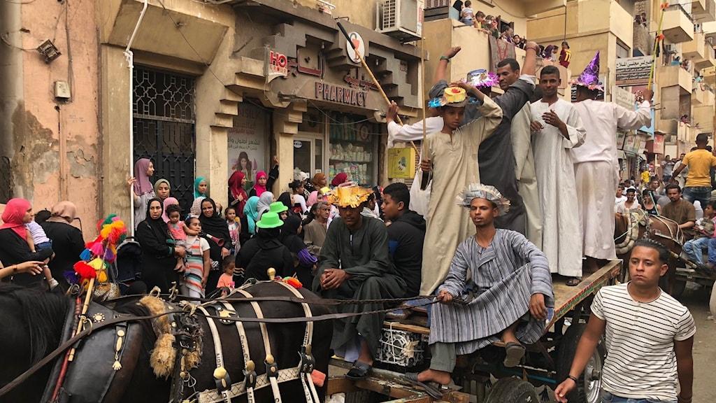 Människor i ett karnevaltåg.