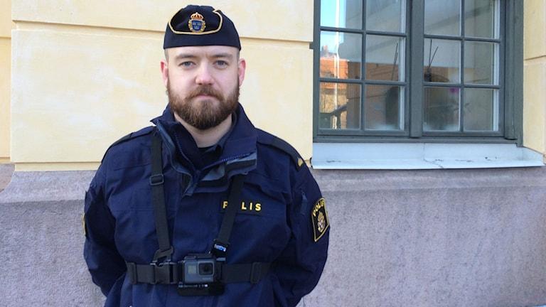 Polisassistent Calle Kos ser bara fördelar med att använda kroppskameror i arbetet i yttre tjänst inom Södertäljepolisen.