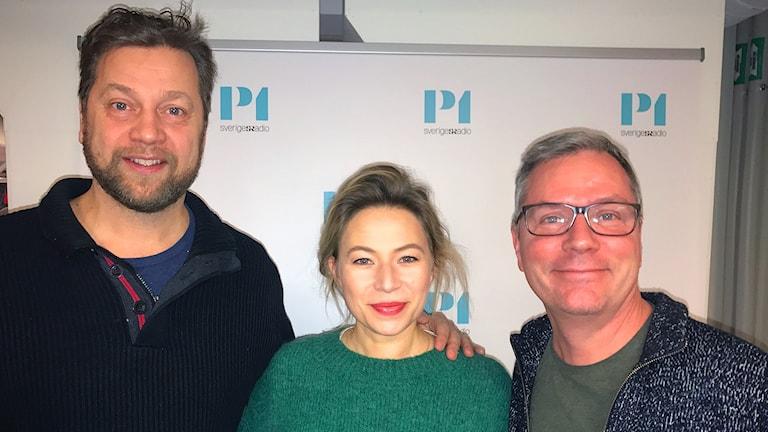 Skådespelarna Frida Hallgren och Johan Petersson, tillsammans med P1-Morgons programledare Håkan Widman