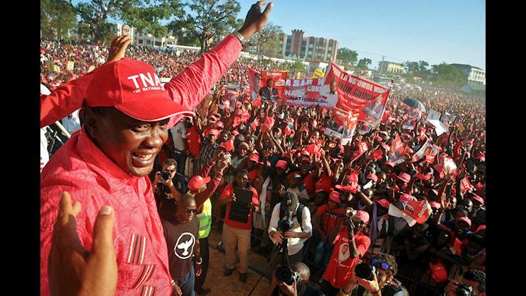 Presidentkandidaten Uhuru Kenyatta vid ett valmöte i Mombasa. Foto: AP Photo/Scanpix