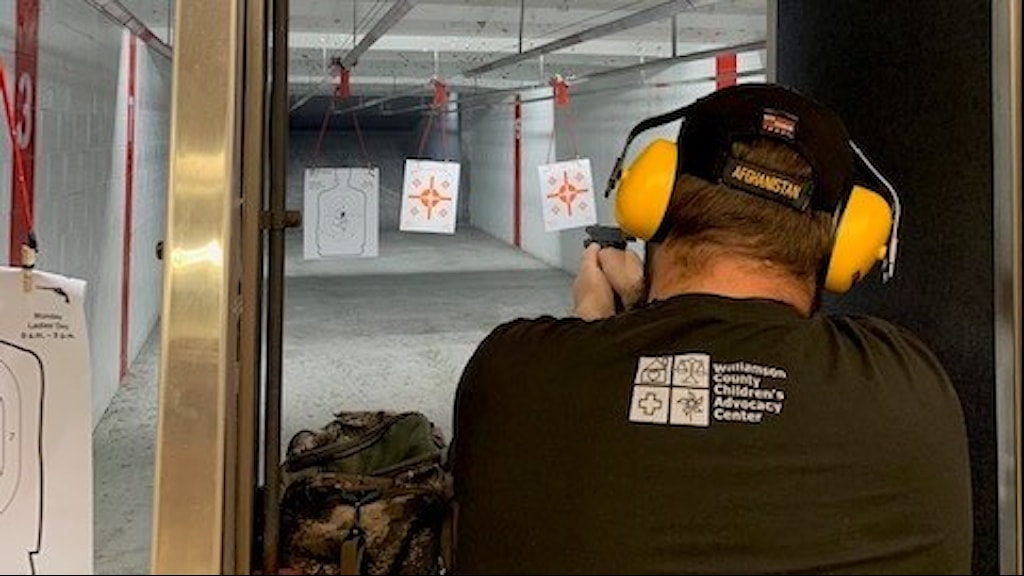 Afghanistan-veteranen Scott Rector avfyrar sin pistol på skjutbanan, strax norr om Austin, Texas.