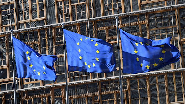 EU-flaggor framför EU-kommissionen.